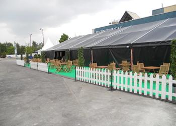 Terrasse avec barrière et mobilier