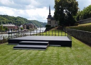 Podium avec tapis et escalier
